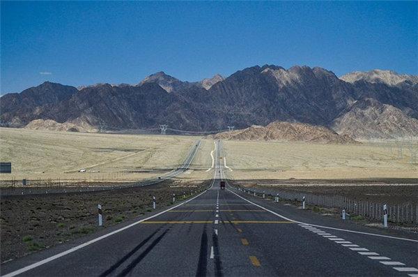 在中國西北進行一場公路之旅,體驗了原始壯闊的公路奇觀。